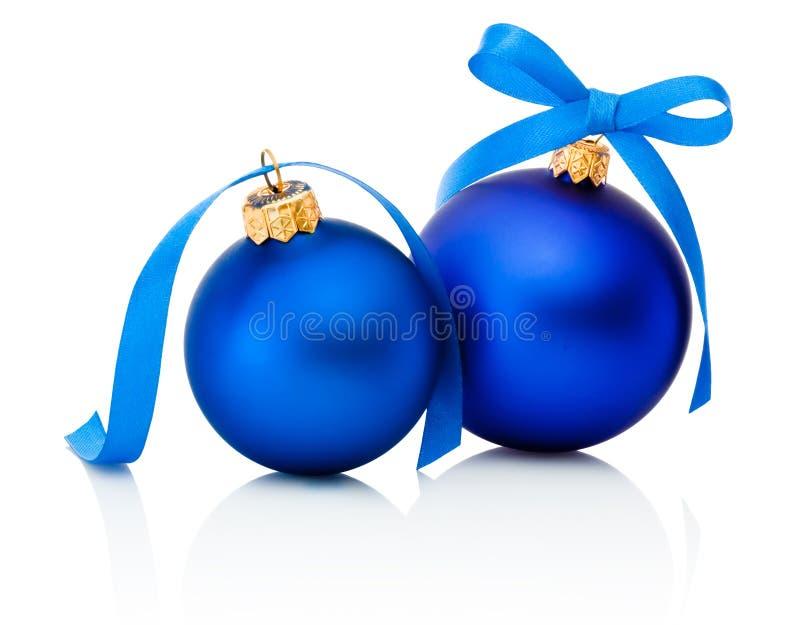 Dos bolas azules de la Navidad con el arco de la cinta aislado en blanco imagenes de archivo