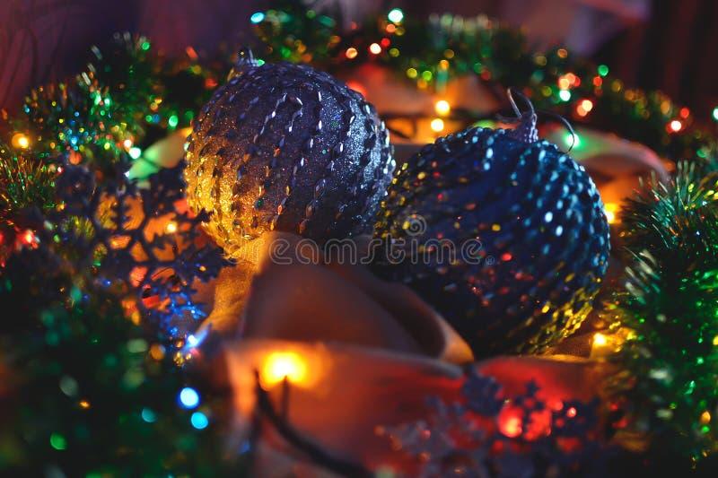 Dos bolas azules y color platas, decoraciones de la Navidad en las luces de una guirnalda fotos de archivo