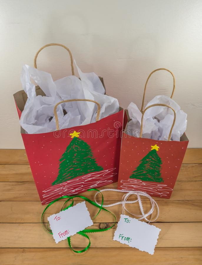 Dos bolsos de papel rojos del regalo adornados para la Navidad fotografía de archivo libre de regalías