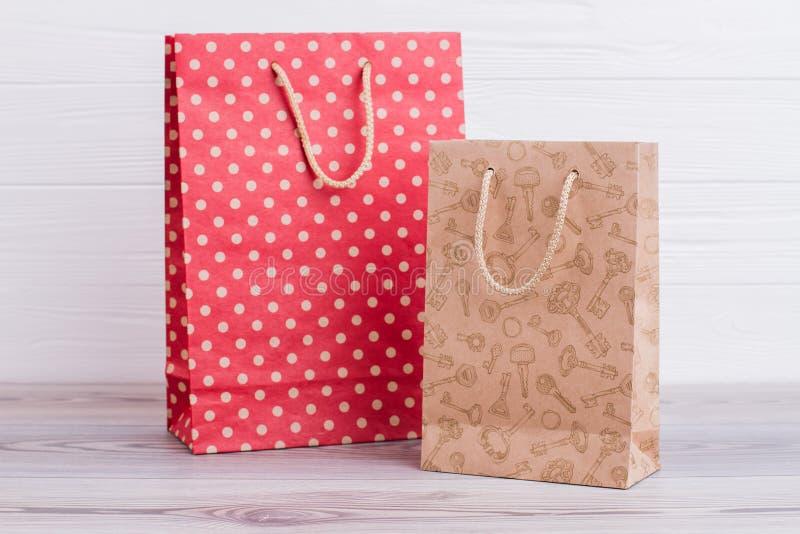 Dos bolsos que hacen compras de papel naturales fotografía de archivo