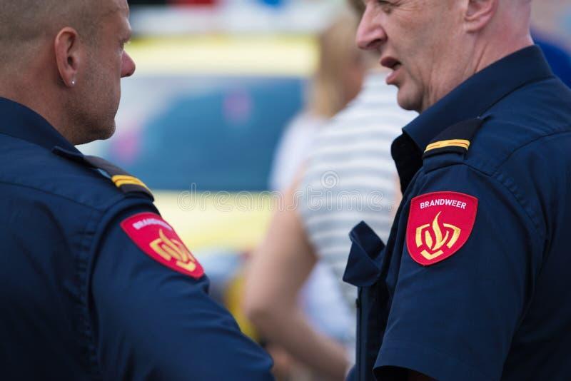 Dos bomberos de sexo masculino foto de archivo libre de regalías