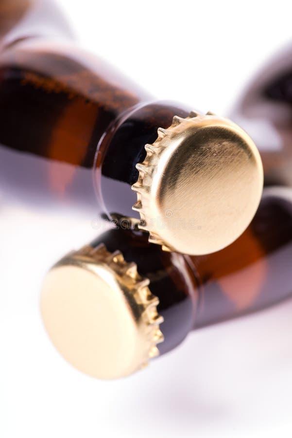 Dos botellas de cerveza helada aisladas en blanco fotografía de archivo