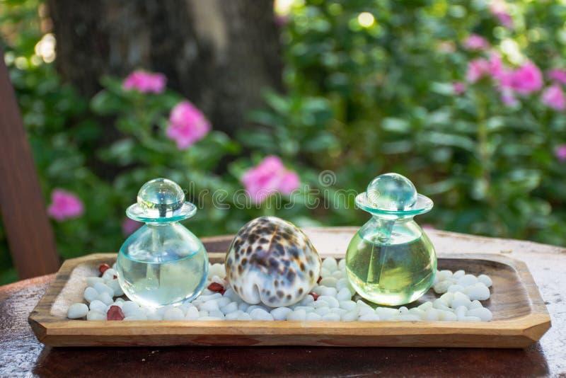 Dos botellas de cristal con aceites aromáticos fotografía de archivo