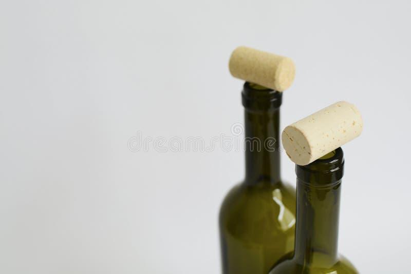 Dos botellas de cristal vacías verdes de vino y de corchos imágenes de archivo libres de regalías