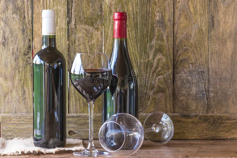 Dos botellas de vino rojo y de vidrios imagen de archivo libre de regalías