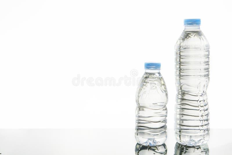 Dos botellas plásticas de agua con diversos tamaños imagenes de archivo