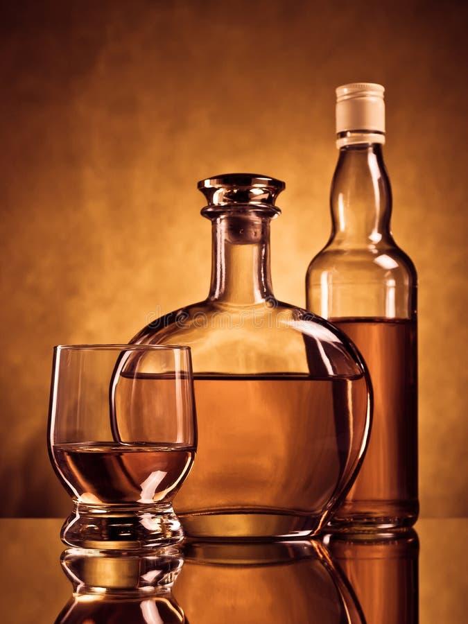 Dos botellas y un vidrio foto de archivo libre de regalías