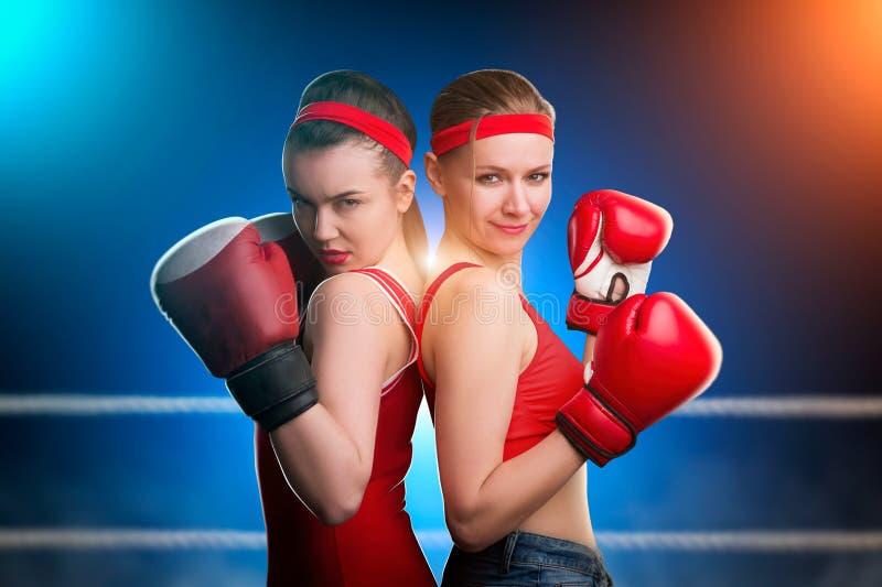 Dos boxeadores de sexo femenino que se colocan de nuevo a la parte posterior fotos de archivo libres de regalías