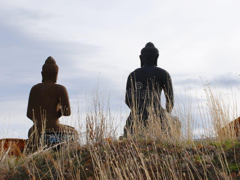 Dos Buddhas de piedra en silueta de la parte posterior imágenes de archivo libres de regalías
