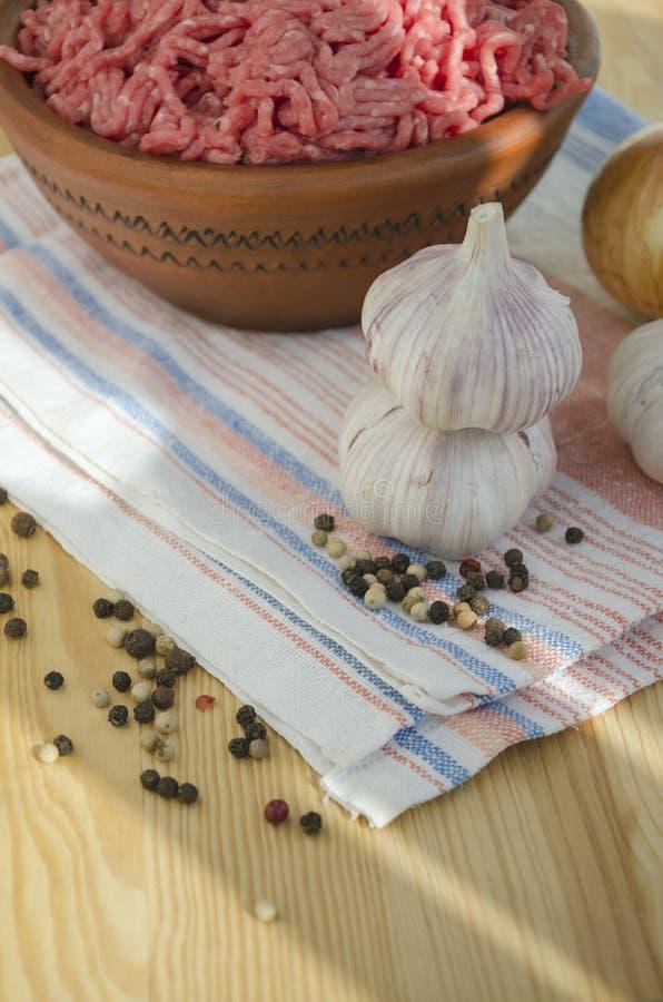 Dos bulbos del ajo, pimienta y carne picadita fotos de archivo libres de regalías