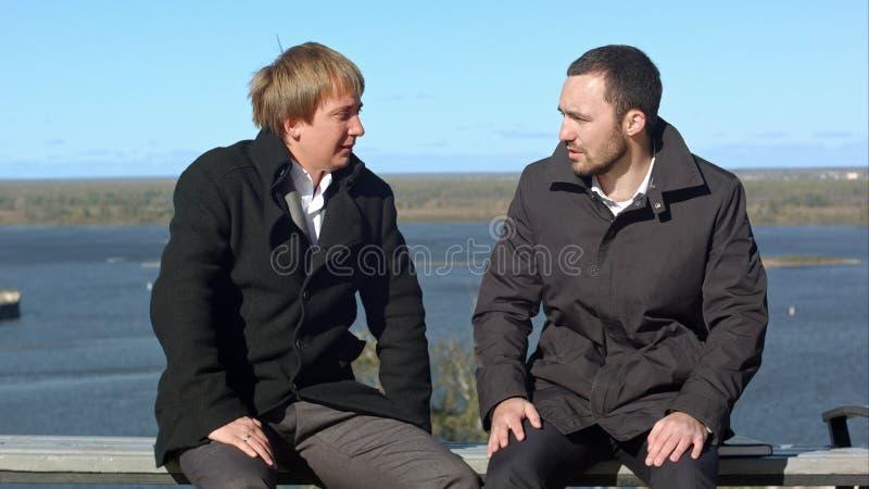 Dos businesspersons que se sientan y que hablan fotos de archivo libres de regalías