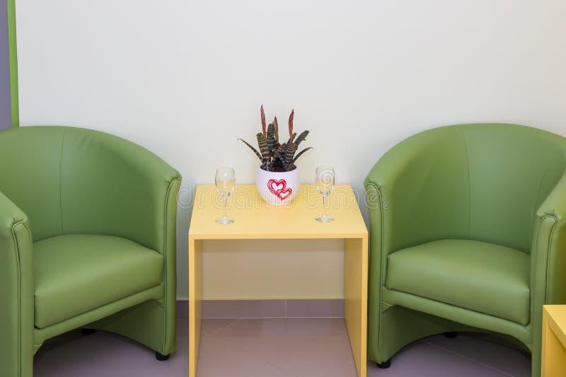 Dos butacas y mesas de centro verdes foto de archivo libre de regalías