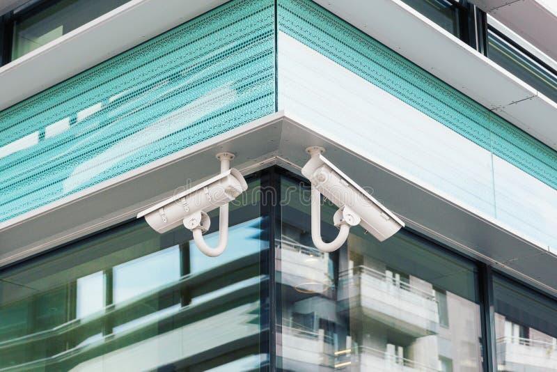 Dos cámaras de seguridad modernas del cctv en fachada moderna del edificio fotos de archivo libres de regalías