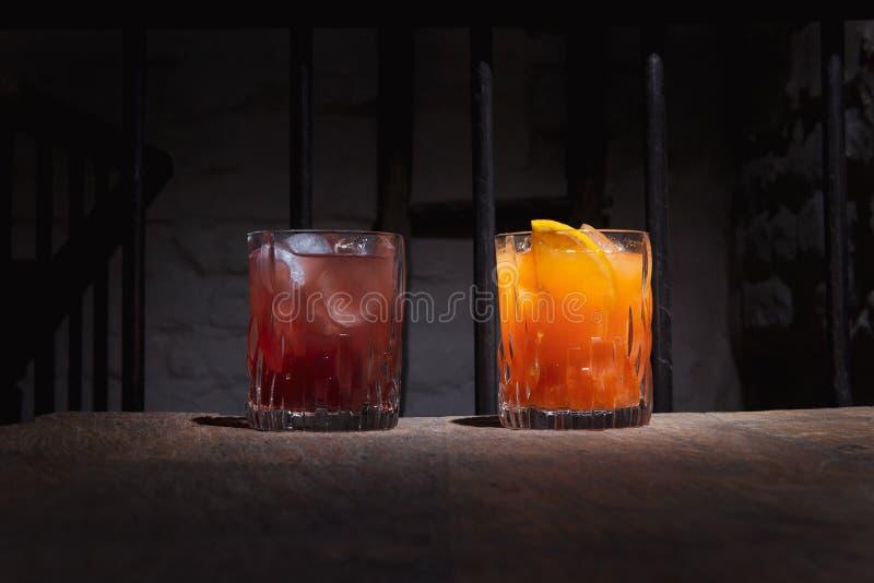Dos cócteles coloridos del alcohol en la barra oscura fotografía de archivo libre de regalías