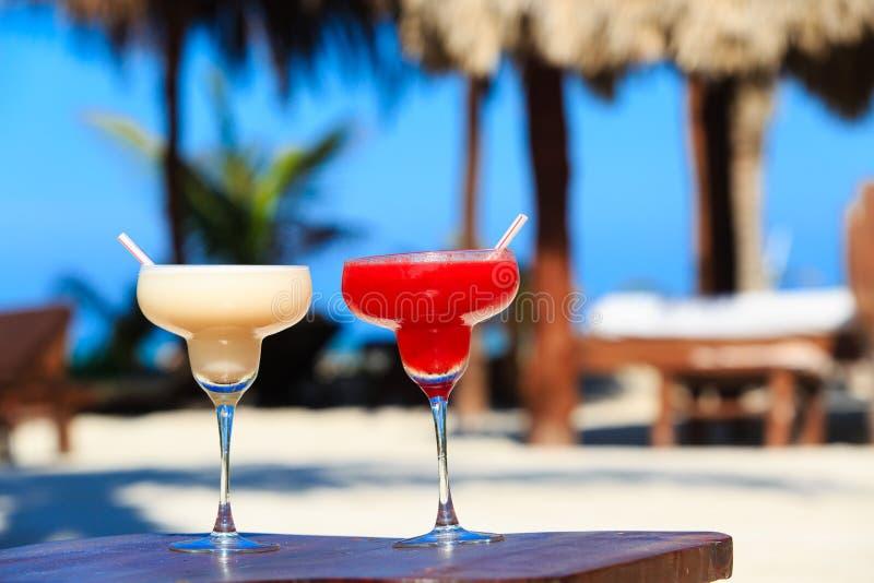 Dos cócteles en la playa tropical de lujo foto de archivo