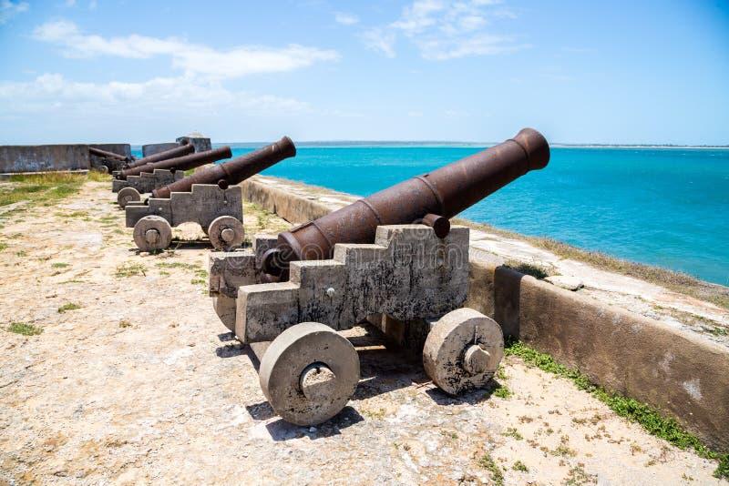 Dos cañones viejos de sao Sebastiao, Ilha de Mocambique, el Océano Índico, Mozambique de la isla de Mozambique del guardia de San imagenes de archivo
