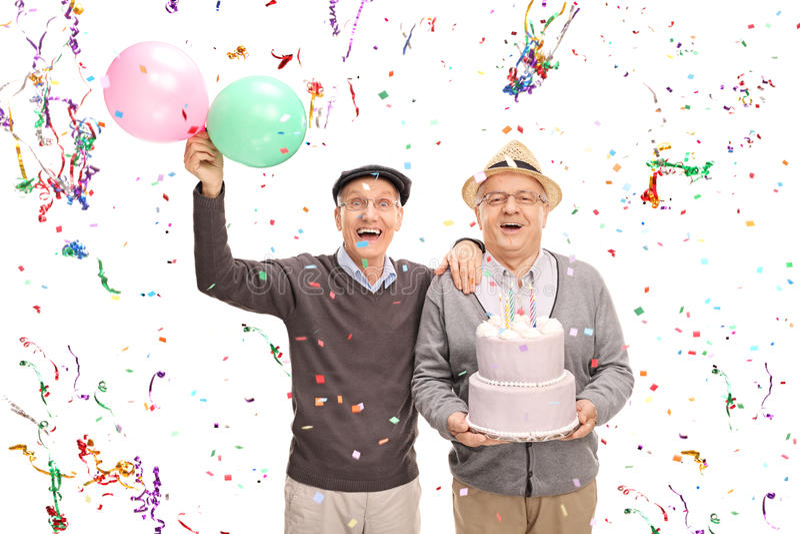 Dos caballeros mayores que celebran cumpleaños imágenes de archivo libres de regalías