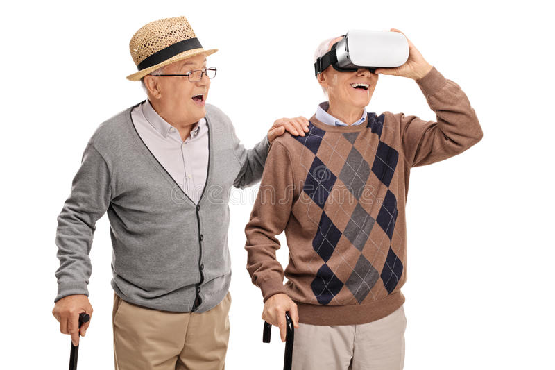 Dos caballeros mayores que usan auriculares de VR fotos de archivo