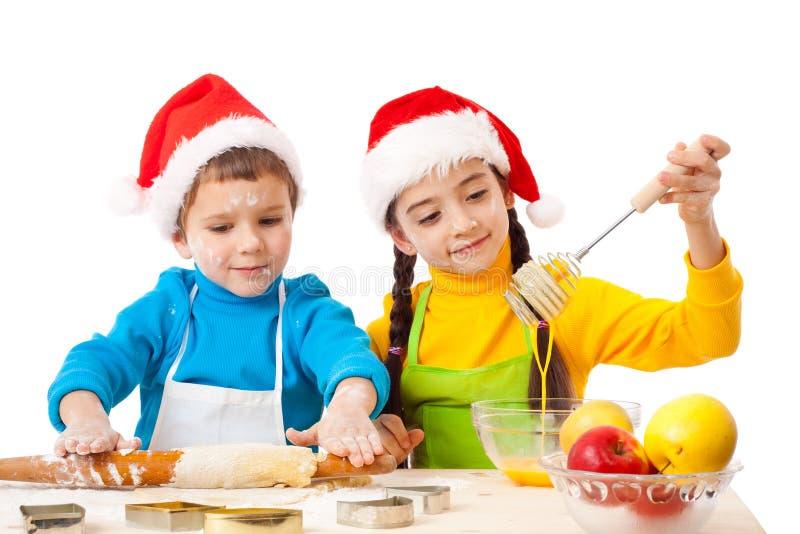 Dos cabritos sonrientes con cocinar de la Navidad fotografía de archivo libre de regalías