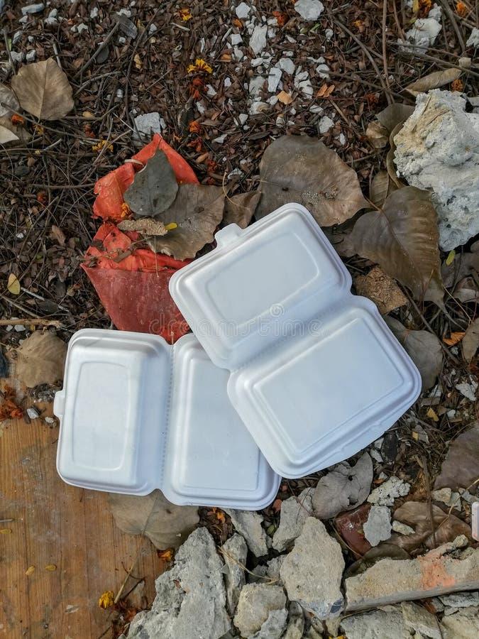 Dos cajas de la espuma en el piso, problema de la contaminación, cajas de la espuma de la basura fotografía de archivo libre de regalías