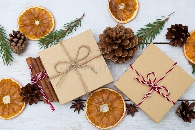 Dos cajas de regalo en un fondo de madera y decoraciones de la Navidad foto de archivo