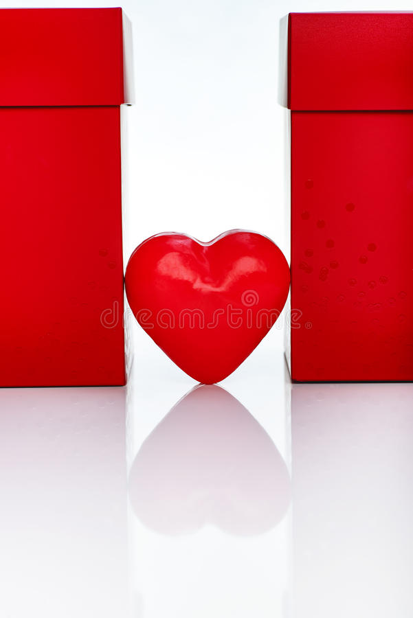 Dos cajas de regalo rojas grandes y corazón rojo de la cera imagenes de archivo