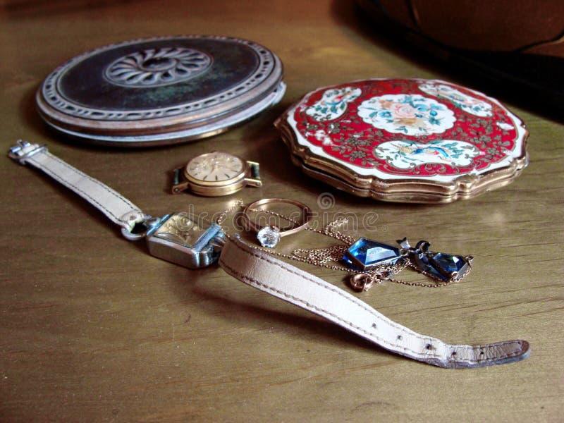 Dos cajas de soplo del vintage, dos relojes femeninos del vintage, anillo y neckless nostalgia memorias Joyería de la familia con foto de archivo
