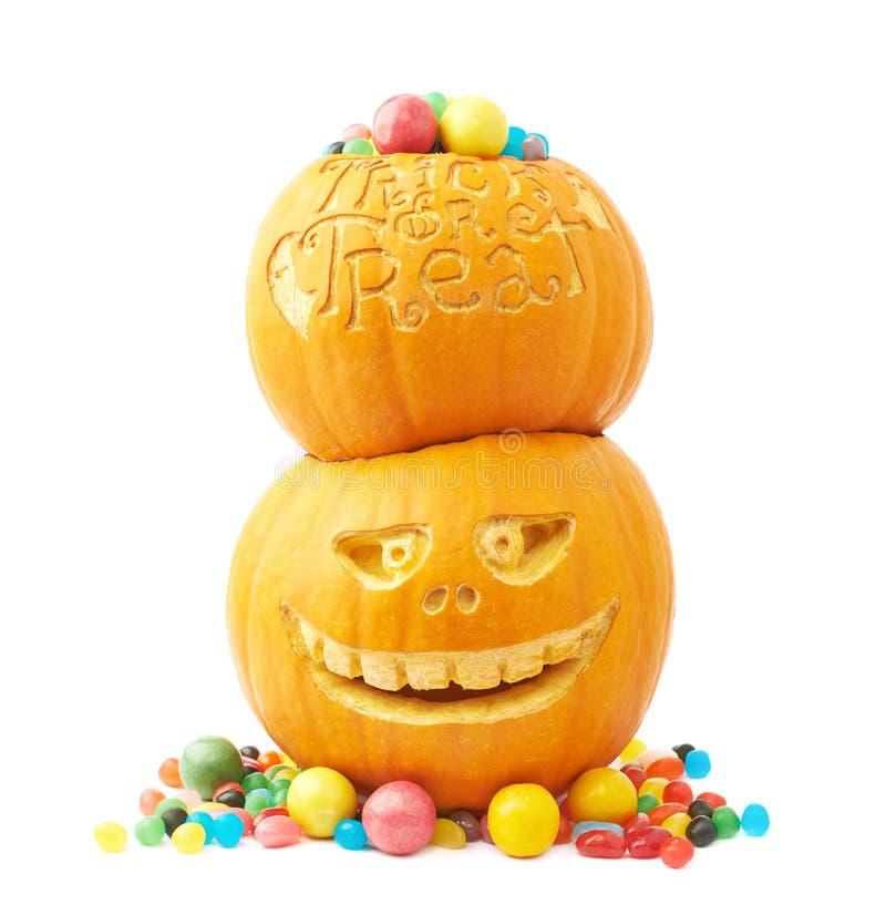 Dos calabazas de Halloween llenadas de los caramelos imagenes de archivo