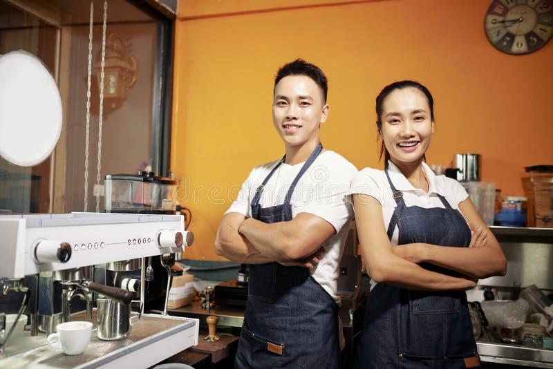 Dos camareros que se colocan en cafeter?a imagen de archivo