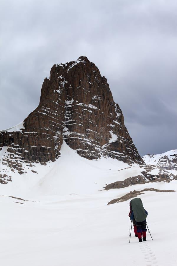 Download Dos Caminantes En Las Montañas Nevosas De La Tormenta Foto de archivo - Imagen de hombres, niebla: 41905258