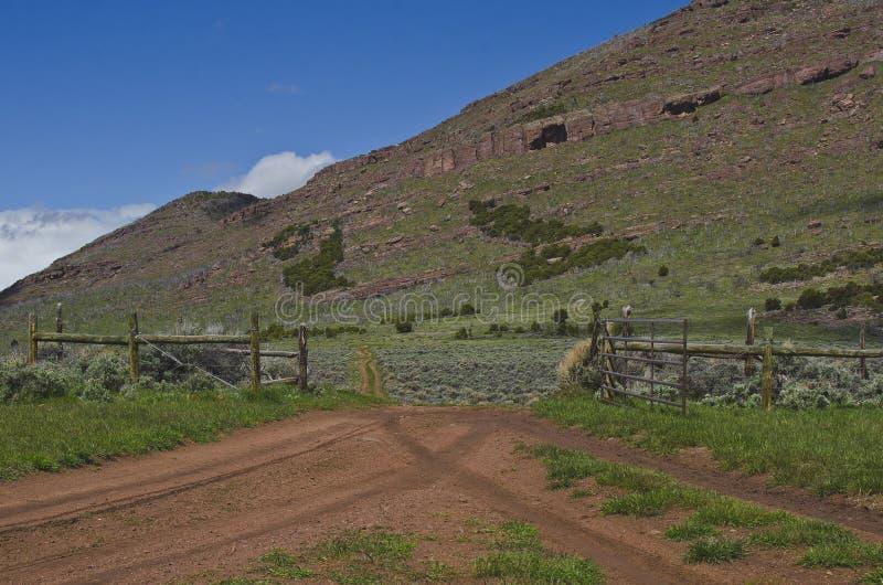 Dos caminos de tierra que se encuentran en la puerta imagenes de archivo
