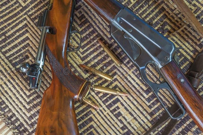 Dos carabinas y balas de búsqueda fotos de archivo libres de regalías
