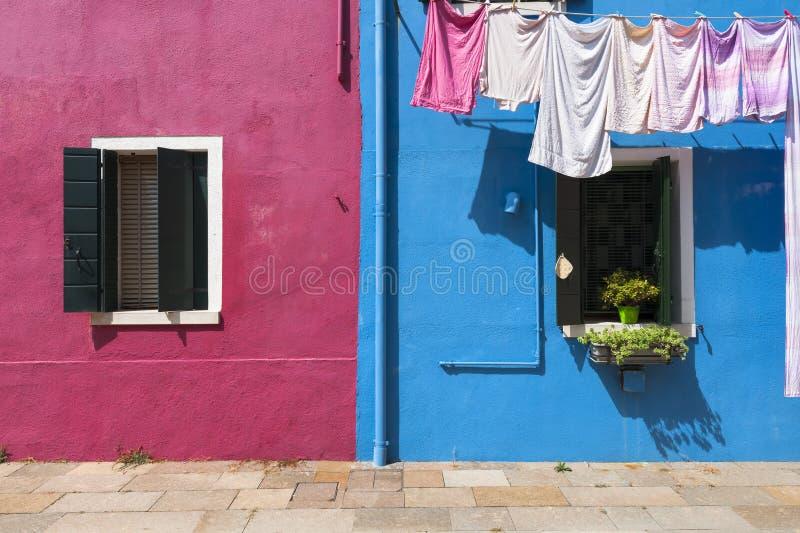 Dos casas coloridas de isla de Burano con el lavadero, Venecia, Italia foto de archivo