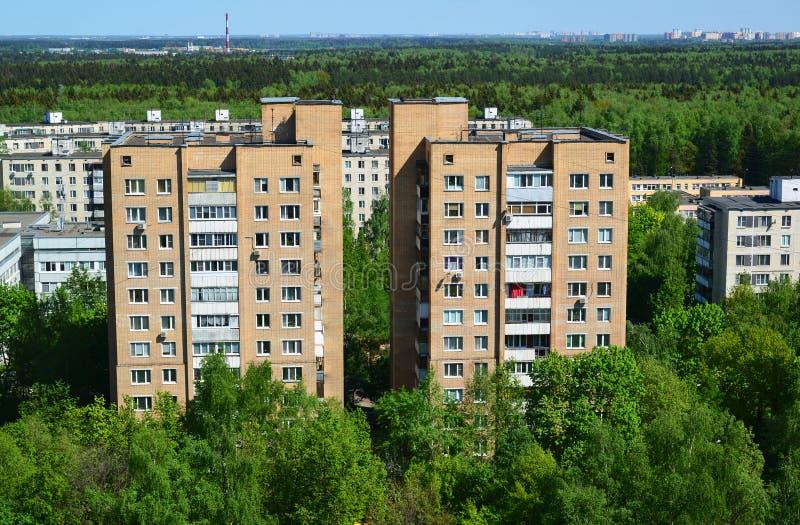 Dos casas del ladrillo en la vista superior del distrito administrativo de Zelenograd, Moscú foto de archivo