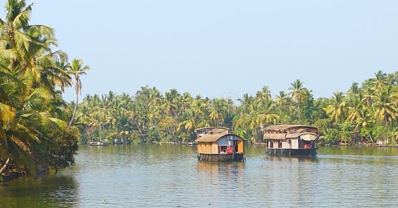 Dos casas flotantes en remansos en Kerala, la India fotografía de archivo