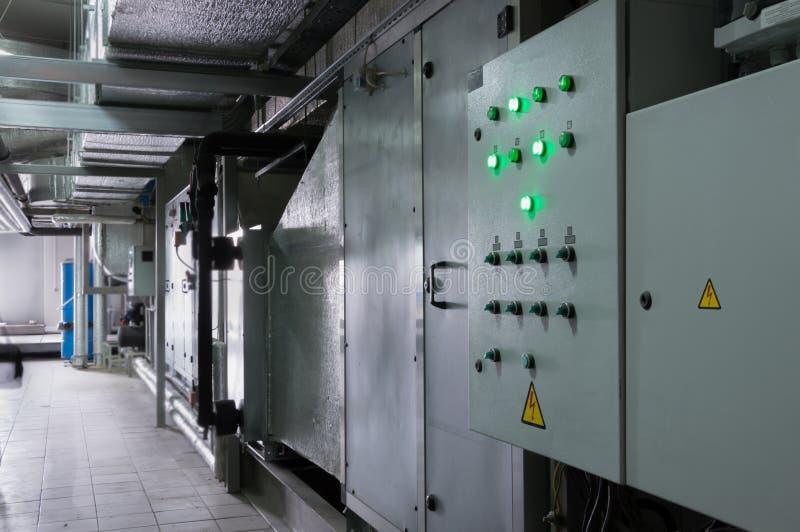 Dos cerraron cubículos de control de sistema de ventilación en el cuarto industrial de la ventilación cerca a la unidad de la ven fotos de archivo libres de regalías