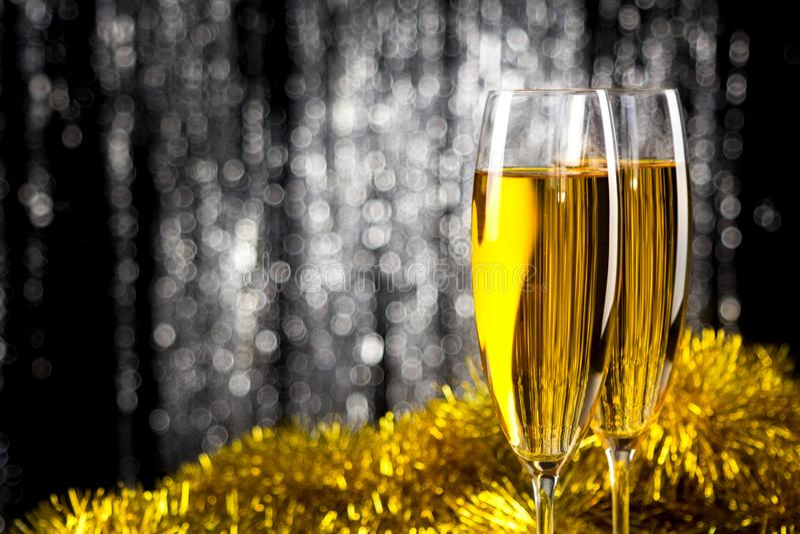 Dos champán o copas de vino con la decoración de la malla de la Navidad del oro y de la plata imagen de archivo