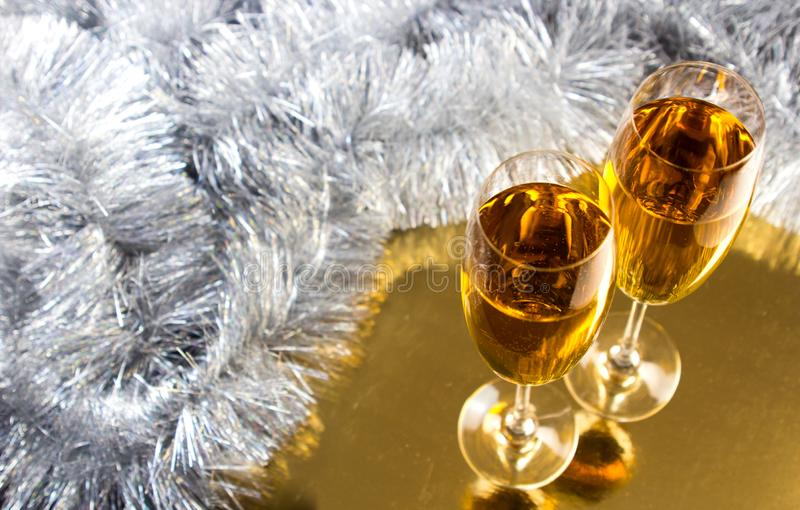 Dos champán o copas de vino con la decoración de la malla de la Navidad del oro y de la plata fotos de archivo libres de regalías