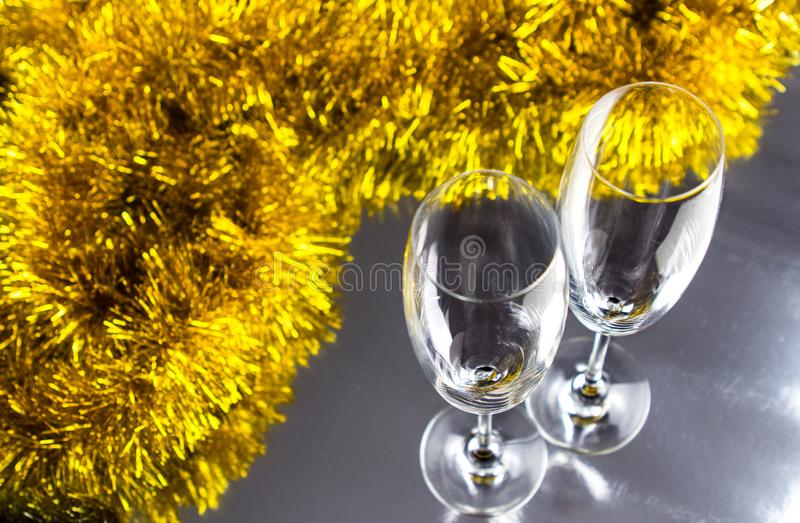 Dos champán o copas de vino con la decoración de la malla de la Navidad del oro y de la plata foto de archivo libre de regalías