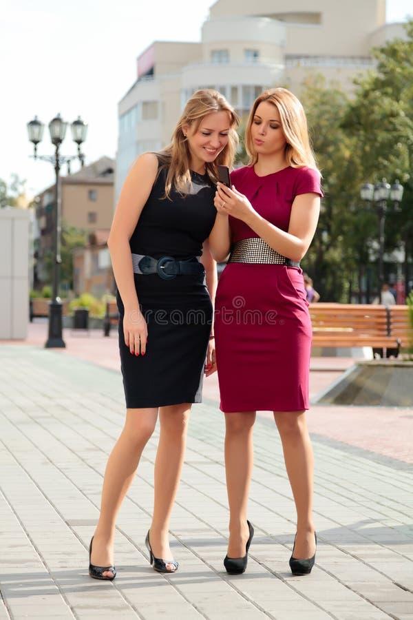 Dos chicas jóvenes fotos de archivo