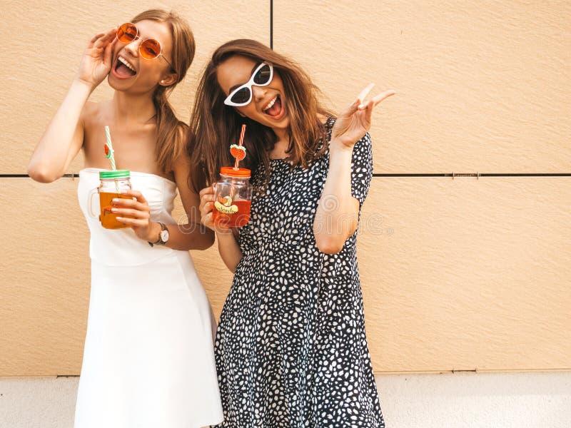 Dos chicas jóvenes hipster sonrientes con ropa de verano moderna imágenes de archivo libres de regalías
