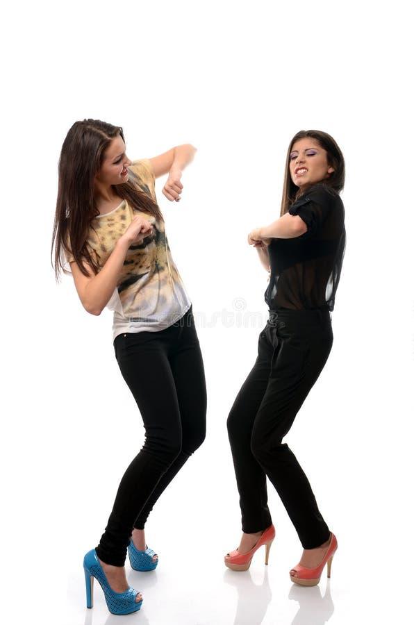 Dos chicas jóvenes que bailan y que se divierten fotografía de archivo