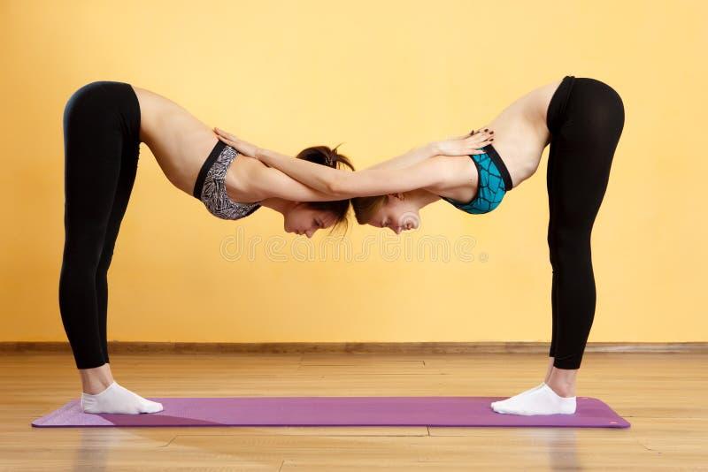 Dos chicas jóvenes que hacen yoga fotografía de archivo libre de regalías