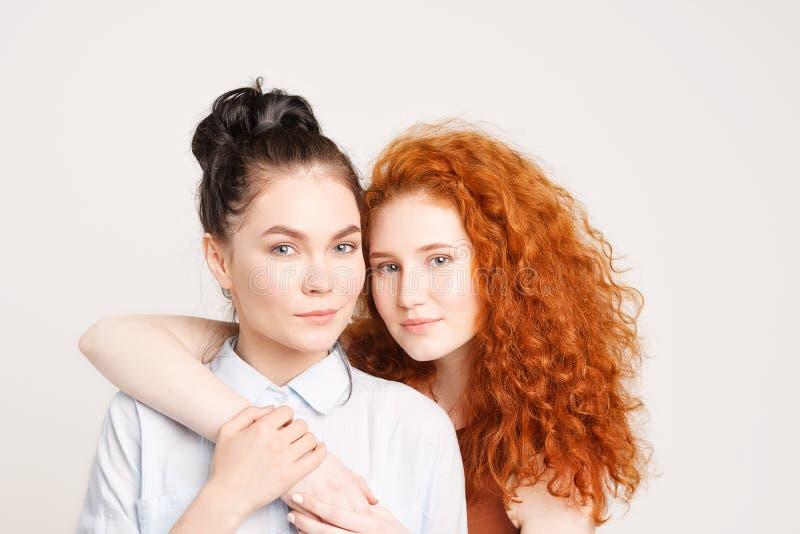 Dos chicas jóvenes que se abrazan imagenes de archivo