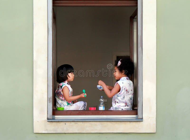Dos chicas jóvenes que tienen comida y conversación en el festival Dresden 27 de la comida de la calle 07 2017 foto de archivo libre de regalías