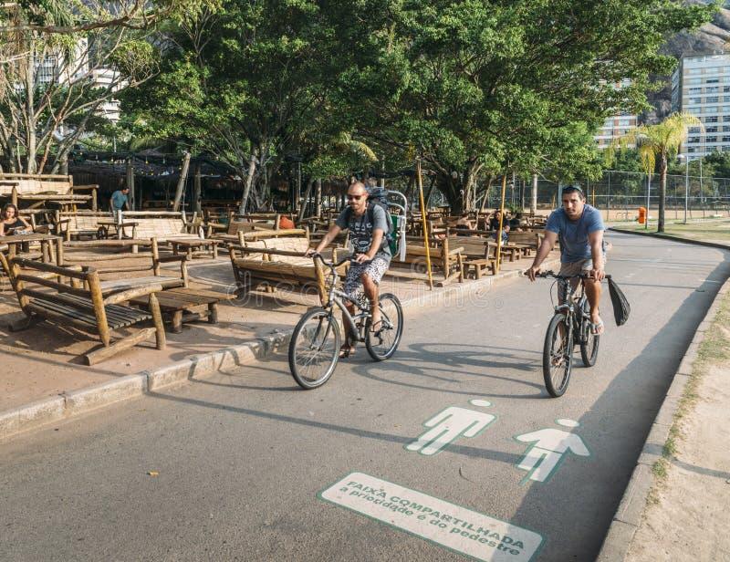 Dos ciclistas en Rio de Janeiro, el Brasil fotografía de archivo