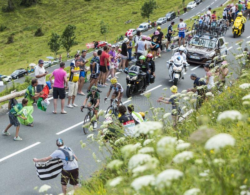 Dos ciclistas franceses en la cuesta de Peyresourde - Tour de France 2014 fotos de archivo