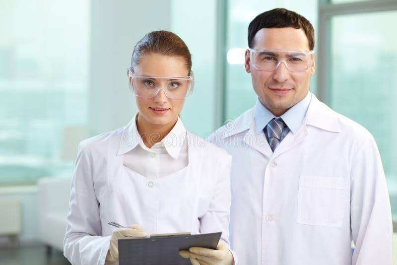 Dos científicos foto de archivo