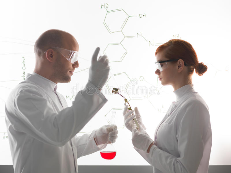 Dos científicos jovenes que hacen un experment químico fotos de archivo