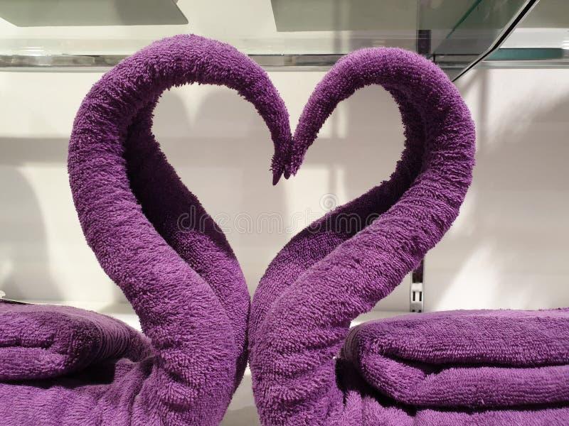 Dos cisnes hechos de las toallas que forman el corazón foto de archivo libre de regalías